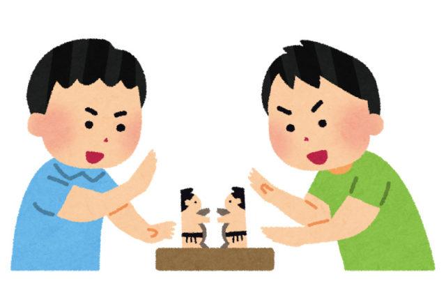紙相撲をする子供