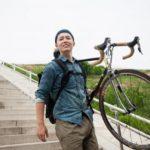 自転車をかつぐ男